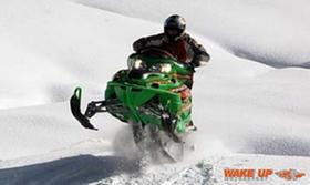 Mit Arctic Cat Snowmobilen am Rundkurs